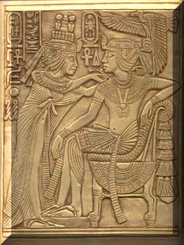 2. Mısır'a tek tanrılı dini yaymaya çalışan, Aton dininin kurucusu Akhenaton'dan sonra ülkenin başına geçen Tutankhaton, bir iddaya göre Kraliçe Nefertiti'nin kızı olan Prenses Ankhesenamen ile evlenerek tahta çıkma hakkı elde etti.