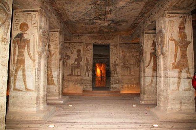 6. Tutankhaton, ilk iş olarak ülkenin başkentini Amarna'dan, Teb'e taşıdı. Amon dininin kabul gördüğü dönemde başkent olan Teb'in tüm bakımsız tapınaklarını yeniletti.