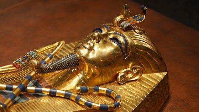 13. Bir diğer iddia ise Tutankhamon'un bir at arabası çarpması sonucu başını yere vurarak hayatını kaybettiğidir.