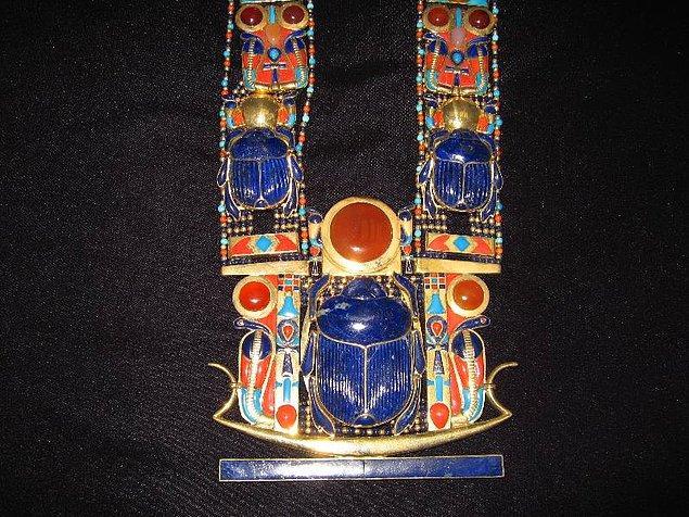 16. Fakat mezardan çıkan bir şey vardır ki sırrını halen saklamaya devam eder: Tutankhaton'un kolyesi.