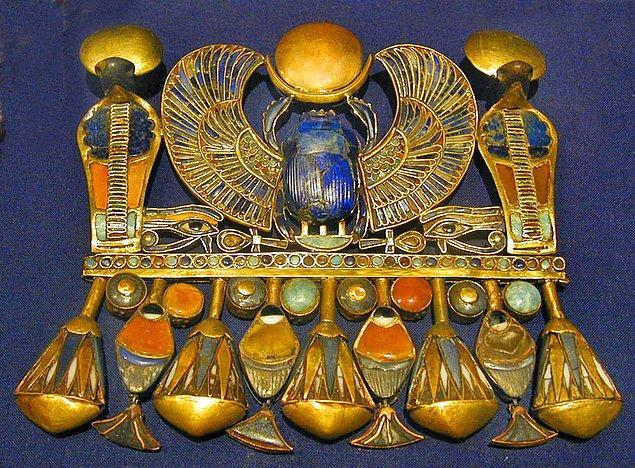 18. 1996 yılında, Mısır Medeniyetler Müzesi'nde araştırma yapan İtalyan arkeolog De Michele, kolyenin Mısır uygarlığından dahi çok daha önce yapıldığını ortaya çıkarmıştır.