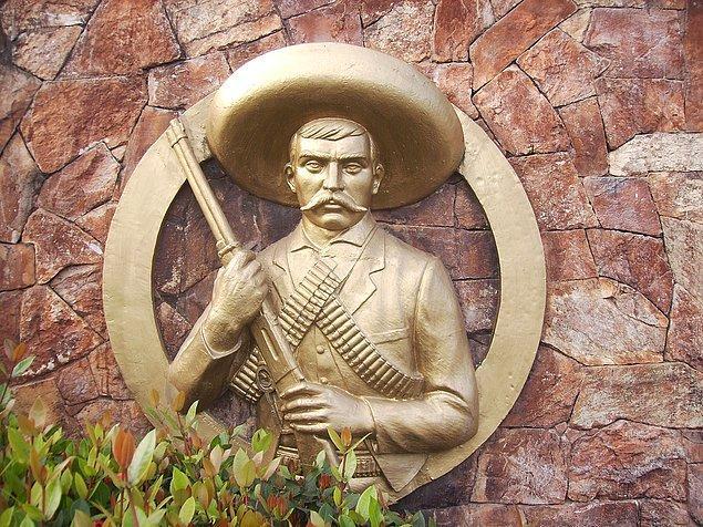 9. Zapata'nın diğer devrim liderlerinden farkı, entelektüel bir politikacı olmamasıydı, halkın arasından çıkmış, Meksika köylüsü, eğitimsiz ama zeki bir liderdi.