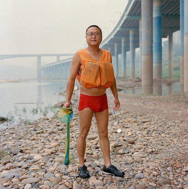 5. Yakın bir zaman içinde, Çin hükümeti tarafından yüz binlerce çiftçi, köylü ve küçük şehir sakini Çongçing'e taşındı.