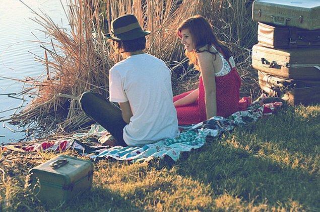 7. Yalnızca biriyle 'dışarı çıkmış olmak' için biriyle dışarı çıkıyor ve seviyesiz ilişkiler kuruyoruz.