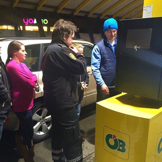 6. Turistlere nasıl yakıt doldurulacağını göstermek de işlerinin önemli bir parçasıymış..