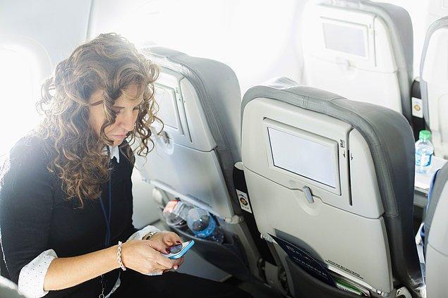 10. Uçaktan inmeden telefonu açmanı gerektirecek kadar acil ne olabilir? Sen havadayken uzaylı istilası falan başlamadı merak etme