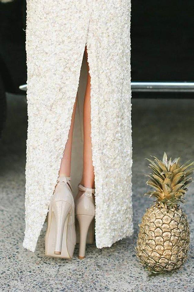 5. Çok farklı bir süs olarak, bir ananası gold renkte bir boya ile boyayıp yürüyüş yolunuza yerleştirebilirsiniz.