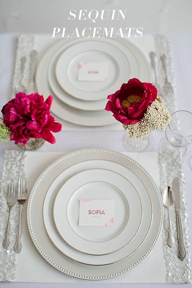 18. Masa numaraları ve isim tutucular için çok geç kaldıysanız tabakların üzerlerine sevimli kağıtlarla isimler yazıp koyabilirsiniz.