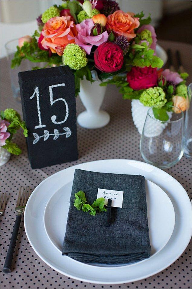 19. Ya da tebeşir ve bu mini tahtalardan alıp masalara yerleştirebilirsiniz.