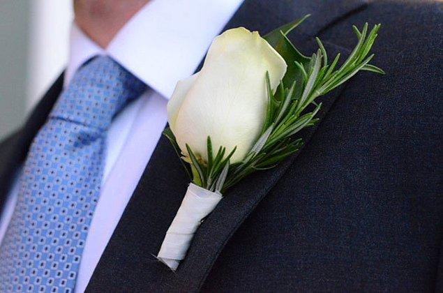 20. Damatlık yakasına eklenecek çiçekleri evde yapmak oldukça basit. Çiçekleri bir araya getirip birbirine bağlayın, ardından da arka tarafına küçük bir çengelli iğne ekleyin.