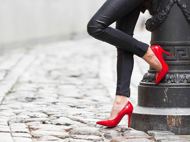 11. Kırmızı topuklu ayakkabınızı ya da havalı deri ceketinizi giyip, sabırsızlıkla beklediğiniz o ilk buluşmaya gitmek..