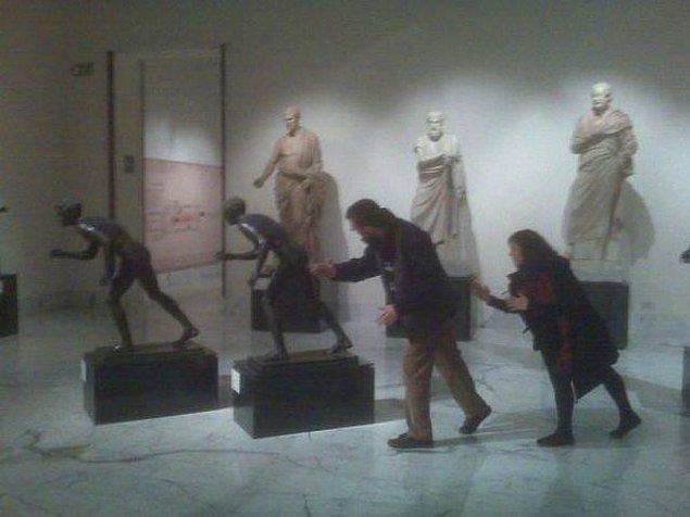 13. Arkadaki iki heykel ne kadar da gerçekçi.........