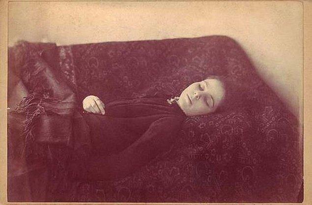 11. Loana ''Kana susamış''... 1909 yılında öldükten sonraki fotoğrafı ve iddiaya göre kendi kanını içtiği için ölmüş.