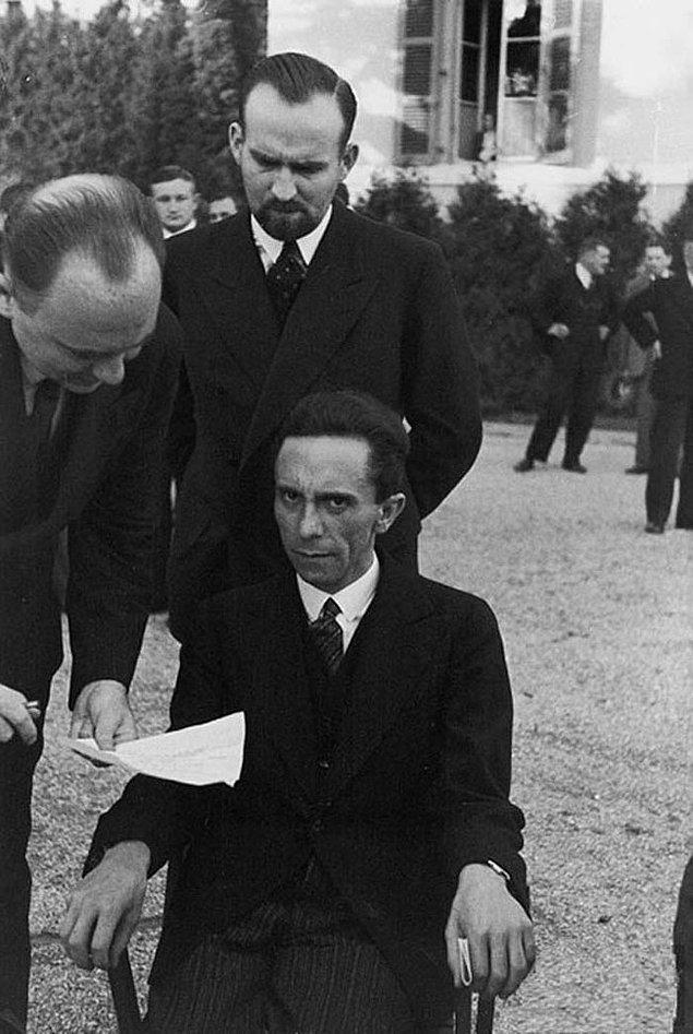 17. Nazi kumandanı Joseph Goebbels'in, fotoğrafı çeken kişinin Yahudi olduğunu öğrendiği an.