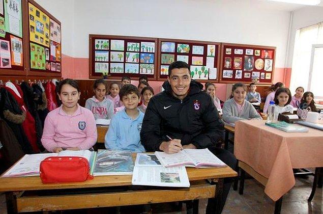 Trabzon Prof. Dr. İhsan Koz İlkokulu 4-G sınıfı öğrencisi Ömer Taha Çoban, okul başkanlığı seçimlerinde Oscar Cardozo'yu getireceğini vaad ederek başkanlık seçimini kazandı.