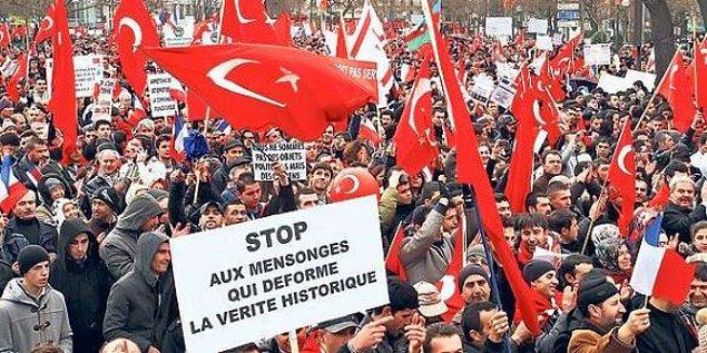 8. Soykırım hamlelerine karşı protestolar