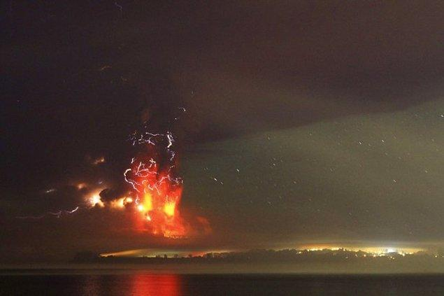 Şimşekler eşliğinde, Llanquihue Gölü'ne dökülen küller.