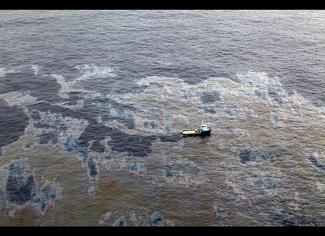 6. Denizlere sadece büyük kazalarının ardından petrol döküldüğünü düşünüyorsanız yanılıyorsunuz, gerçekte nakledilen her bir milyon ton petrolün bir tonu denizlere sızmaktadır.
