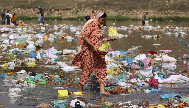 10. Su kirliliğinin en yüksek olduğu ülke ise Hindistan'dır, şehir çöplerinin yaklaşık %80'i Ganj nehrine dökülmektedir.