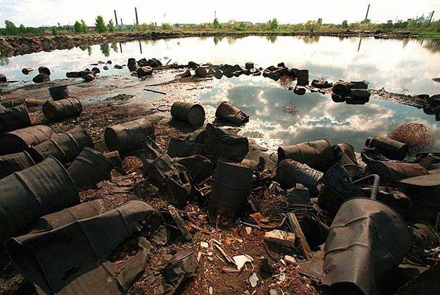 12. Dünya üzerindeki en kirli alan Rusya'nın nükleer atıklarını döktüğü Karaçay Gölü'dür. Bu gölde sadece 1 saat geçirmek insan için ölümcül sonuçlar doğurmaktadır.