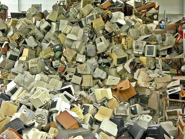 13. TV'ler, cep telefonları, bilgisayarlar ve diğer elektronik aygıtlar yaygınlaştıkça bunların atıkları çok daha büyük sorun haline gelmektedir.