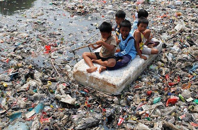 16. Hindistan'da her gün binlerce çocuk kirli suların sebep olduğu hastalıklar yüzünden ölmektedir.