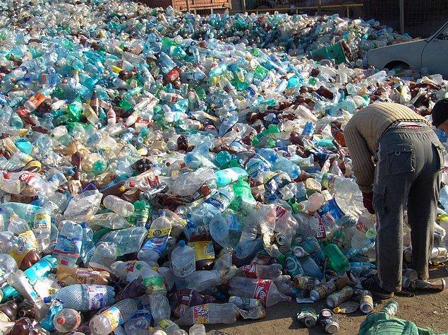 17. Tek başına ABD, saatte 3 milyon plastik şişe çöpü üretmektedir ki bu şişelerin doğada yok olma süresi 500 milyon yıldır.