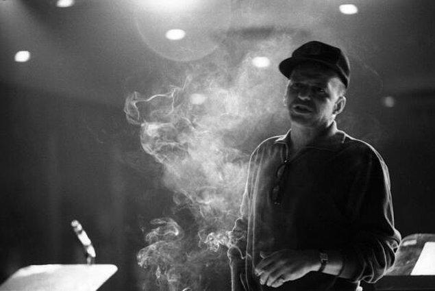 7. Frank Sinatra 1965 Yılında Bu Pozu Vermiş.