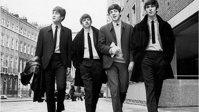 2. George Harrison ilk cinsel deneyimini Beatles üyeleri önünde yaşadı.