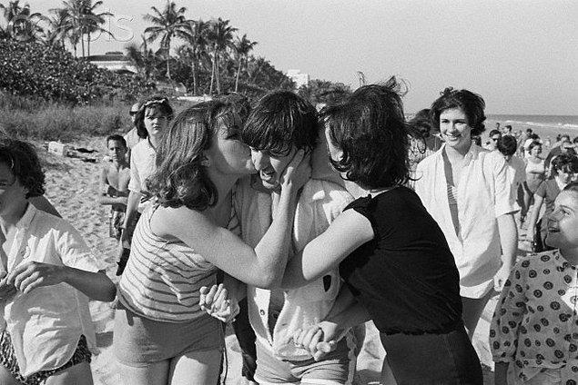 """4. """"Girl"""" şarkısı sırasında Harrison ve McCartney'nin """"Tit tit tit tit"""" diye arkadan vokal yapması bir şakaydı. (Kötü bir şaka)"""