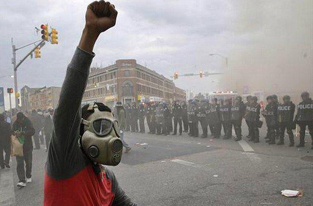 Polis zaman zaman göstericilere gaz bombasıyla müdahale etti.