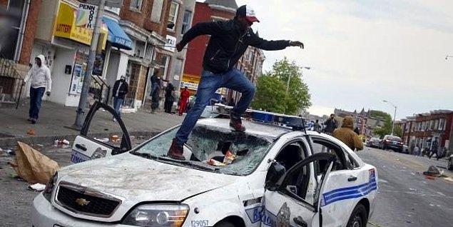 Polis şiddetini protesto eden göstericiler, işyerlerini yağmalayıp ateşe verdi. Gösterilerde polis ve sivillerin araçları da tahrip edilip ateşe verildi.