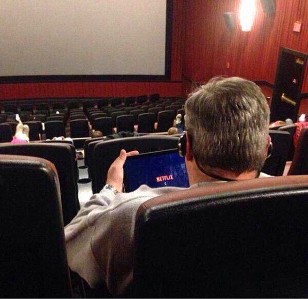 2. Amcam sinema salonuna gidip tabletten film açarak iki film birden yapıyor olmalı