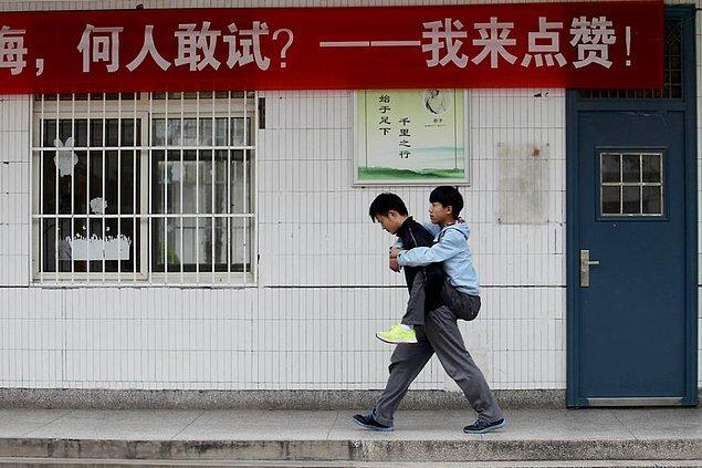 Xie Xu, son 3 yıldır arkadaşını her gün sırtında taşıyarak okula getirip götürüyor.