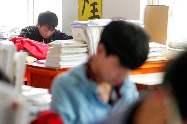 Okul müdürü Xie Xu'nun verdiği desteğin, arkadaşı Zhang Chi'yi ayakta tuttuğunu, ona moral verdiğini de belirtiyor.
