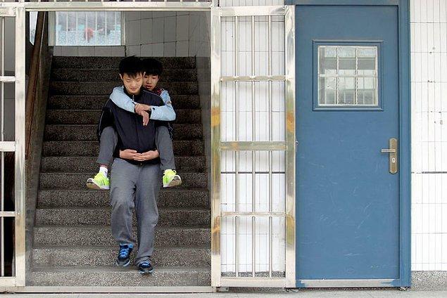 Birleşik Devletler İnsan Hakları raporlarına göre, Çin'de yaklaşık 243 bin okul çağındaki çocuk, fiziki engellerinden dolayı eğitimlerine devam edemiyor.