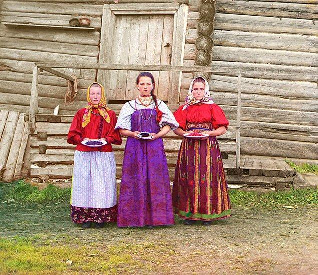 7. Geleneksel ahşap evlerinin önünde fotoğraf çektiren köylü kadınlar (1909)