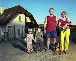 Evli Erkeklerle Kendi Ailesiymiş Gibi Fotoğraf Çektiren Enteresan Fotoğraf Sanatçısı