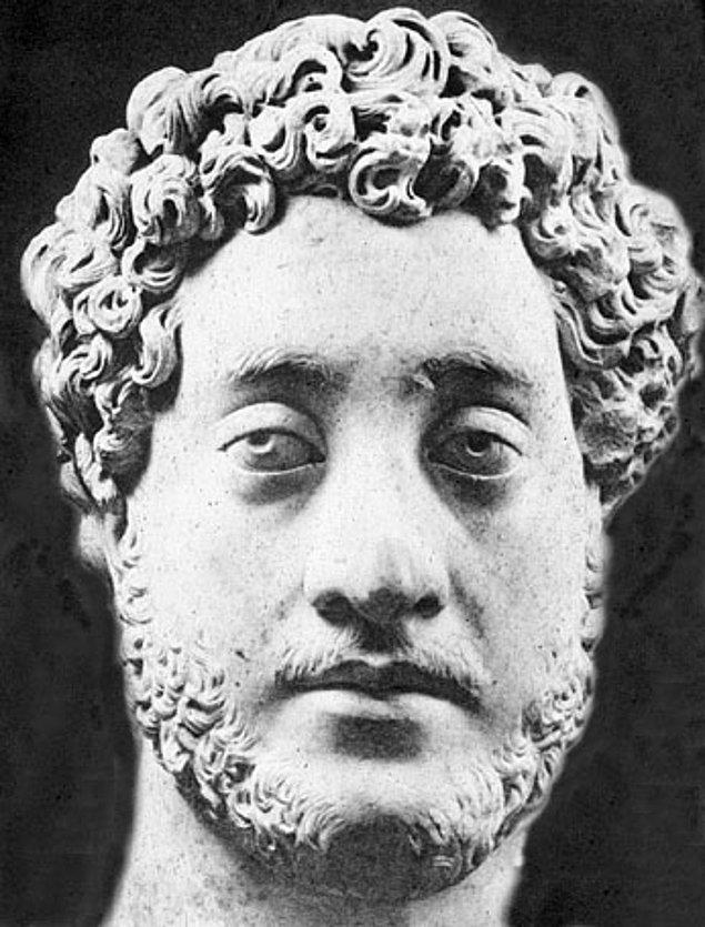 1. Roma imparatoru Commodus, imparatorluktaki tüm engelli insanları Roma'ya toplayıp Collesium'da ölümüne dövüştürmüştür.