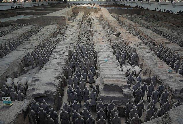 Çin'in ilk imparatoru Çin Şı Huang'ın binlerce toprak asker tarafından korunan ve Terra Kotta askerleri olarak da bilinen dünyaca ünlü mezarında bin 400 heykel daha ortaya çıkarıldı.