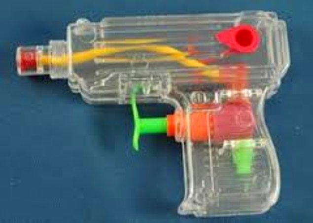 45. Ve tabi ki yazların vazgeçilmez oyuncağı Su Tabancaları