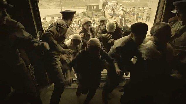 """2-Kadınlar, kundaktaki bebekler, yaşlılar, hastalar, savaşamayacak durumda erkeklerden oluşan 423 bin Kırım Tatarı o gece Kırım'daki istasyonlardan hayvan vagonlarına istif edilerek vatanlarından sürüldü. """"Sovyetler Birliği'ne ihanet"""" ile suçlanıyorlardı. Oysa ki aynı gece 50 bin Kırım Tatar erkeği, Hitler Almanyasına karşı cephede Sovyetler Birliği adına savaşıyordu."""