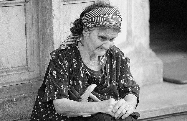 3. Yaşlı bir kadının karşıdan karşıya geçmeye çalıştığını gördün, ne yaparsın?