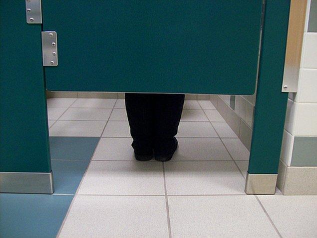 4. Tuvaletlerde kapı altındaki boşlukların neden üç kişinin geçebileceği kadar büyük olduğunu anlamaya çalışacaksınız.
