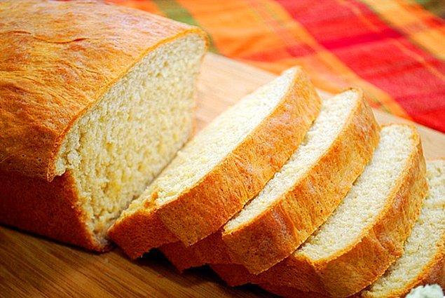 13. Ekmek tüketen biriyseniz, Amerika'nın haddinden fazla tatlı ekmeklerine bir an önce alışmaya çalışın.