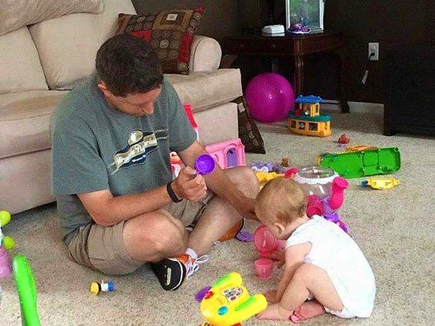 12. Çocuğuyla oyun oynayan baba.