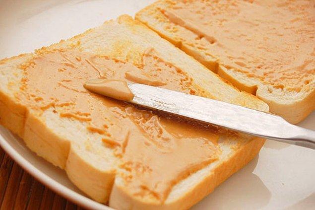 9. Atıştırmalık bir şeyler yemek istediklerinde de mutfağa inip fıstık ezmeli sandviç hazırlattırırlardı.