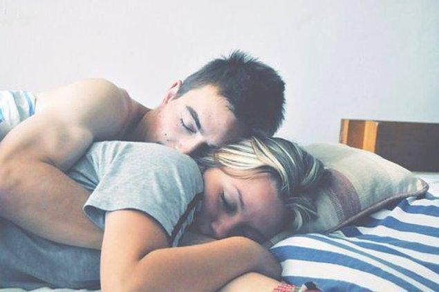12. Tabii bu tür ilişkilerin de çıkmazları var. Zaman içerisinde kıskançlık, özlemek, sahiplenme gibi tavırlar geliştirildiği için ilişki sarsılmaya başlayabiliyor ya da sevgililiğe dönüşmeye.