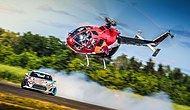 Akrobasi Helikopteri ve Yarış Aracının Birbirlerine Meydan Okuduğu Hareketli Anlar