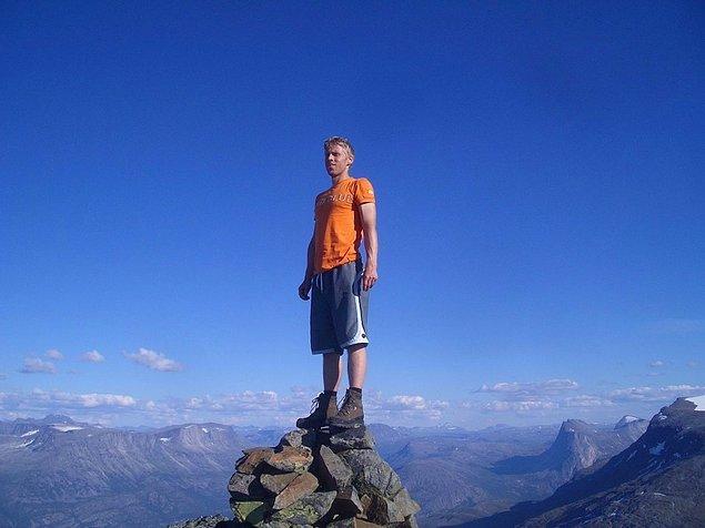 Klubbviktind Dağı'nın 1.335 metre yüksekteki zirvesinde.